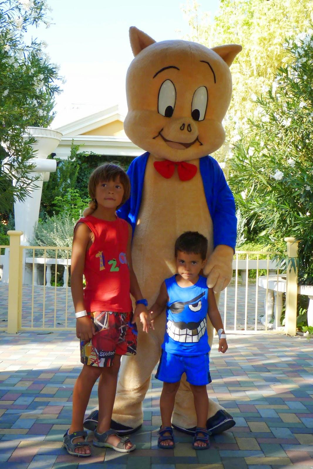 Izan y Joel con Porky.