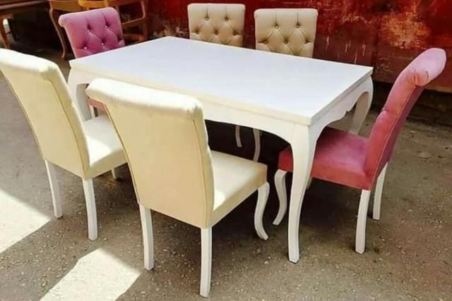 Meja Makan Minimalis Kayu Jati Merah Kain Beludru Merah, Putih, dan Cokelat Muda