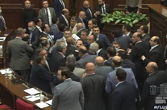 Lucha puños parlamento Armenia