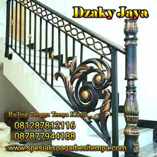 Contoh railing tangga besi tempa dengan model klasik sederhana.