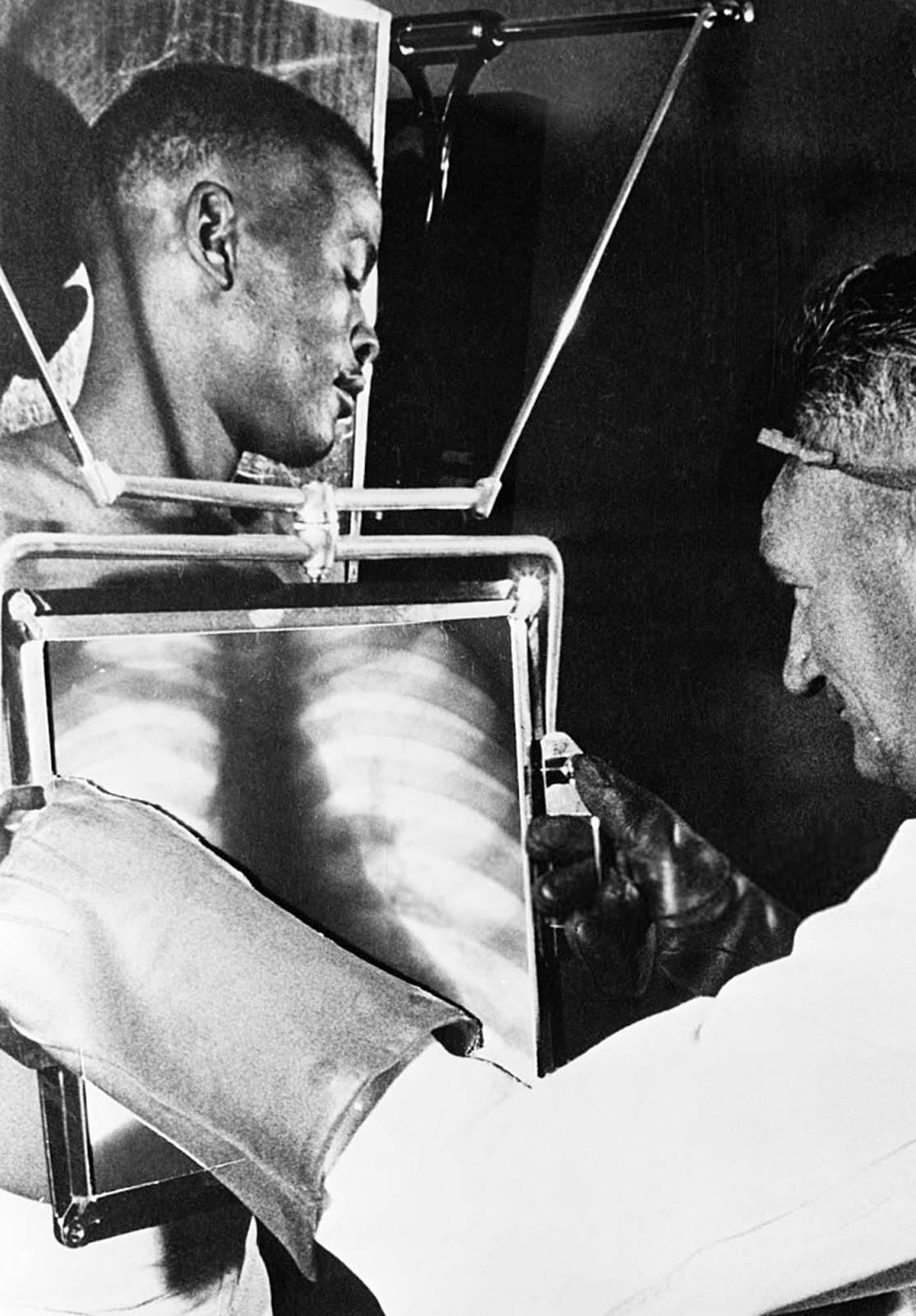 Los trabajadores de la mina De Beer son sometidos a rayos X al final de cada turno antes de abandonar las minas de diamantes, Kimberley, Sudáfrica, octubre de 1954.