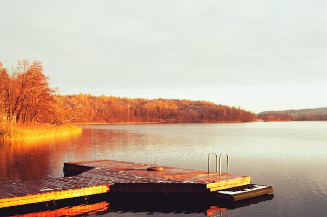 Jezioro Czos w blasku zachodzącego słońca.
