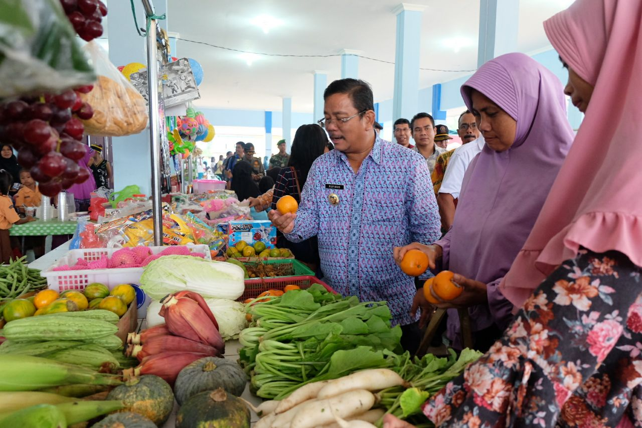 Foto 9: Peresmian Empat Pasar Rakyat di Kabupaten Sekadau di Resmikan oleh Bupati Sekadau, Jumat (6/4/2018).