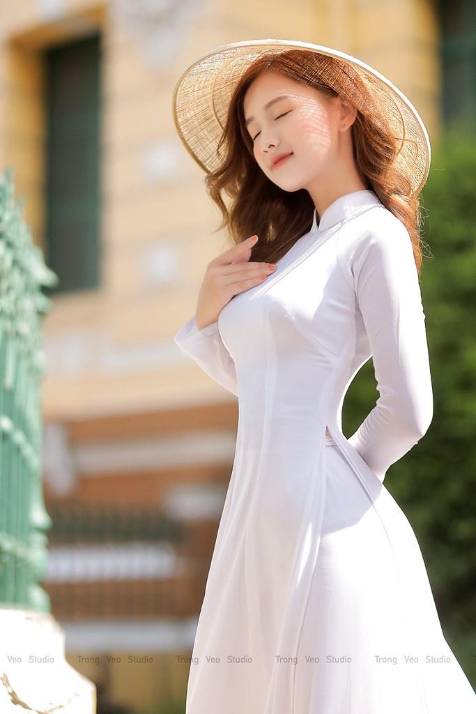 Ngắm hot Girl Thu Hương xinh đẹp như hóa trong tà áo dài trắng bên cúc họa mi - 2