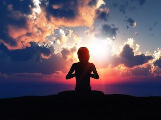 meditando na montanha
