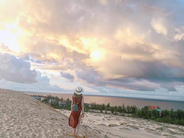 Đến với Quảng Bình, ngoài việc khám phá những kiệt tác thiên nhiên ban tặng như Phong Nha - Kẻ Bàng, động Thiên Đường... ta còn có cơ hội trải nghiệm những đồi cát mênh mông đẹp đến ngây ngất lòng người.