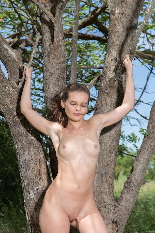 [EroticBeauty] Pola - Under The Tree 2468291893