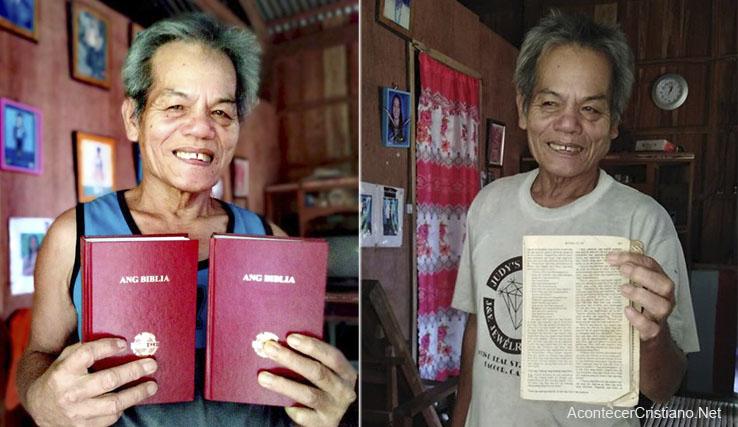Hombre con Biblia nueva remplaza por la Biblia rota