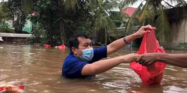 Kontras Dengan Buzzer Yang Sibuk Nyinyiri Banjir, Ketua Demokrat DKI Langsung Nyemplung Bagikan Bantuan
