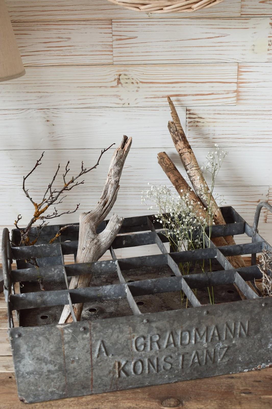 Naturdeko mit Fundstücken aus der Natur. Äste Zweige Schleierkraut. Flohmakrt Flaschenhalter Metall Deko Dekoidee Dekorieren natürlich