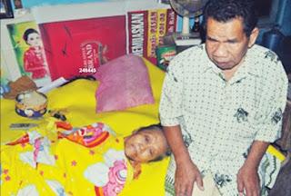 asmo aminatun, suami tuna netra yang merawat istrinya yang lumpuh