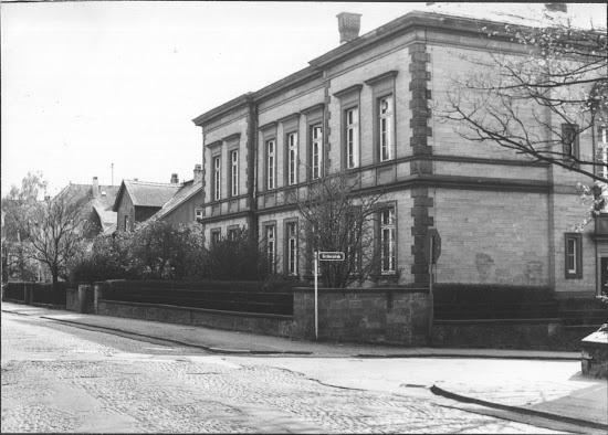 Die ehemalige Taubstummenanstalt 1975 vor der Erweiterung der Darmstädter Straße Foto: Willy Helm, Stadtarchiv Bensheim