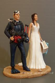 sposini su torta top cake topper fotografo sub sposa shopping marche orme magiche