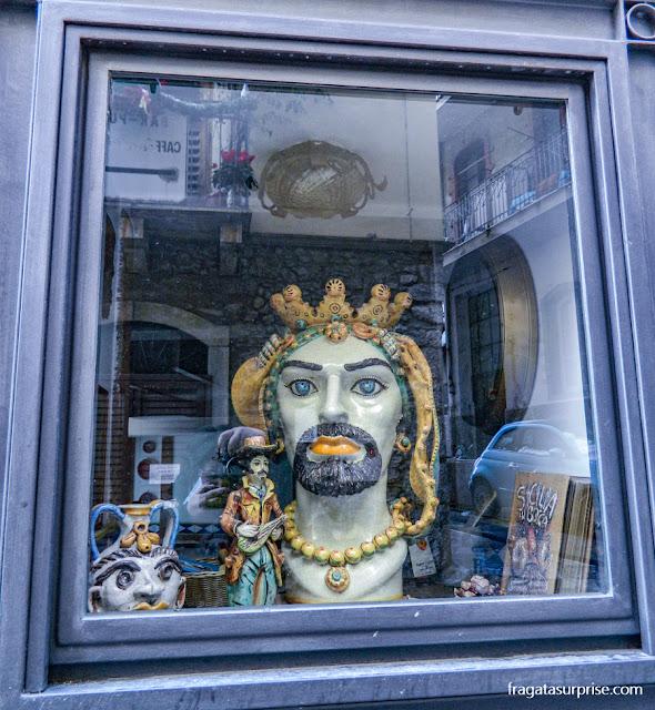 """Peças de cerâmica majolica conhecidas como """"cabeça de mouro"""", típicas de Taormina, Sicília"""