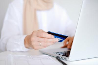 Mujer haciendo compras en línea, desde una computadora..