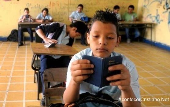 Estudiante leyendo la Biblia en escuelas de Guatemala