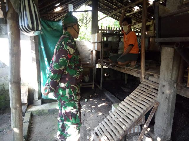 Kodim Sragen - Babinsa Desa Karangtalun  Tetap JalinKomsos Dengan Warga Ditengah Pandemi