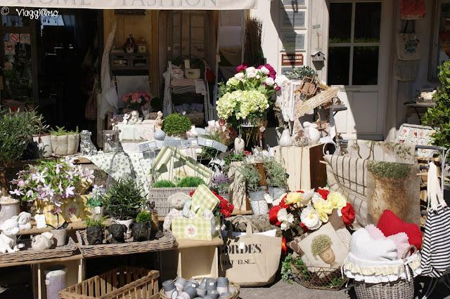 Tipico negozio provenzale nel centro villaggio