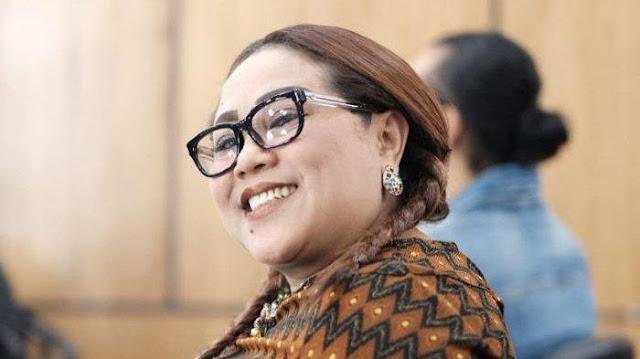 Pelawak Nunung Di Tangkap Polisi Di Rumahnya - Nunung yang saat ini menjadi Pelawak Ini Talk Show Di Program Televisi Nasional Indonesia di Tangkap Oleh Direktorat Narkoba Polda Metro Jaya.
