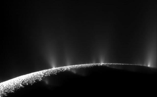 Imagem mostra geyseres em Ecnélado que foram observados e estudados pela sonda Cassini