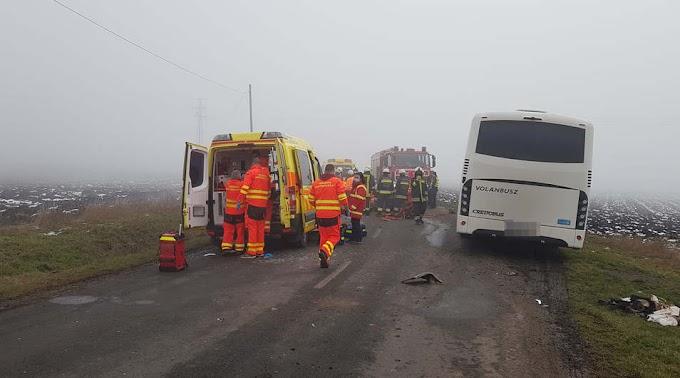 Tragédia: busz ütközött autóval Kömlő és Tiszanána között, egy ember meghalt