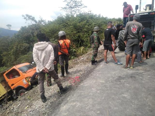 Satgas Yonif MR 412 Kostrad Evakuasi Truk Pengangkut Sembako