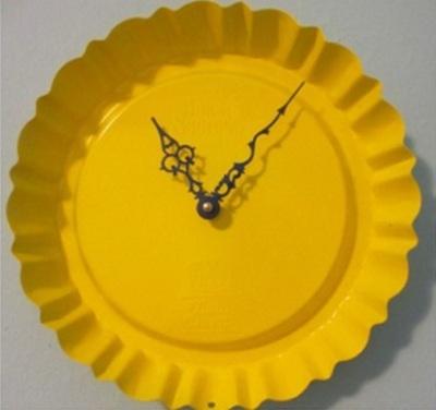 Jam dinding terbuat dari cetakan pie