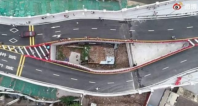 Viral! Rumah Ini Terhimpit Jalan Raya Besar, dan Sendirian Tanpa Tetangga, naviri.org, Naviri Magazine, naviri majalah, naviri