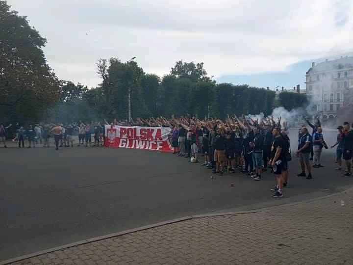 Polijas futbola fani ālējās Rīgā