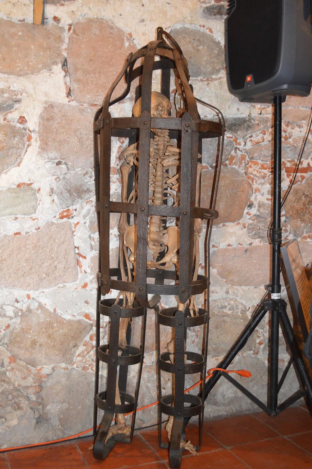 Instrumentos de tortura photo