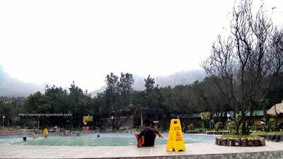 Menikmati kolam renang air panas di Gunung Papandayan