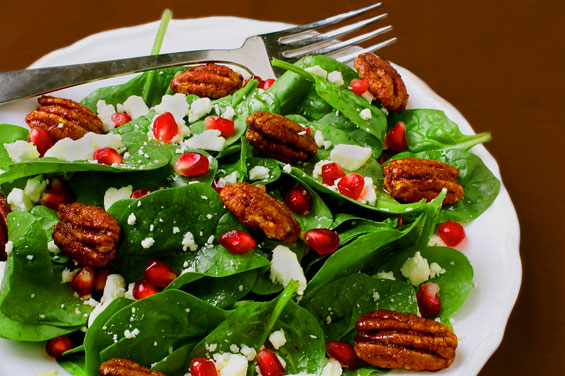 Spinach and pomegranate salad for diet
