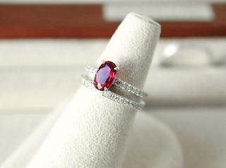 銀座ジュエリーサロンで譲りうけたルビーで素敵な(婚約指輪)エンゲージリングを福利増した。