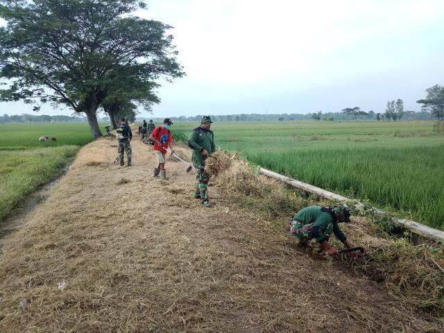 Sepanjang 1.600 Meter Jalan di Desa Sawahan Juwiring Dibersihkan TNI Bersama Masyarakat