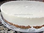 Cheesecake fara coacere cu ciocolata scos din frigider, intarit
