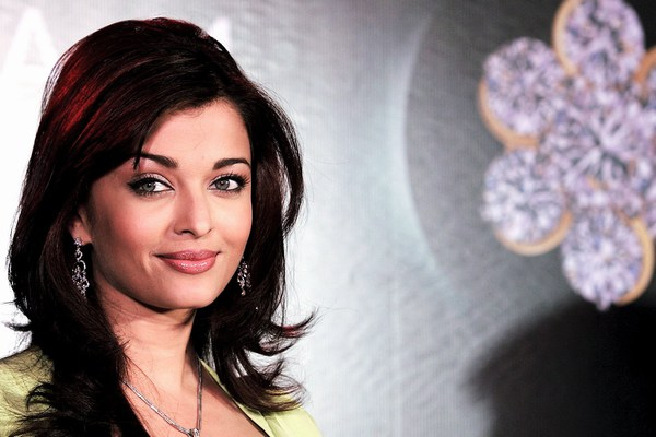 Hot Smiling Aishwarya Rai Desktop Hd Photo