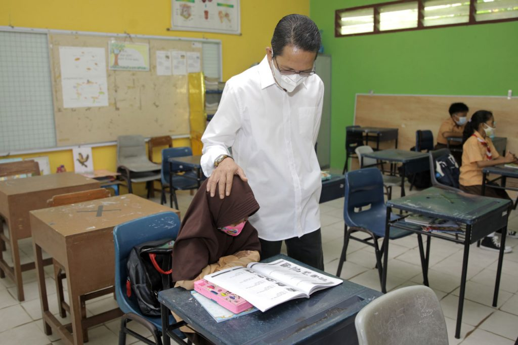 Tinjau Beberapa Sekolah, Amsakar Beri Motivasi Kepada Siswa Sekolah Yang Telah Menerapkan Belajar Tatap Muka