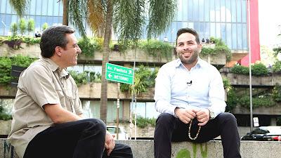 O repórter Márcio Campos entrevista refugiado que vive em São Paulo - Divulgação/Band