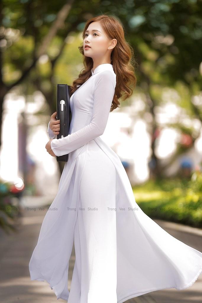 Ngắm hot Girl Thu Hương xinh đẹp như hóa trong tà áo dài trắng bên cúc họa mi - 4