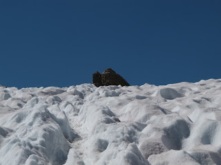 Fast geschaftt: Die Hütte am Muir Pass; man beachte die tiefen Suncups
