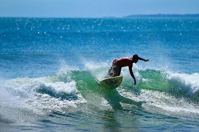 trip-wisata-bali-pantai-kuta-surfing