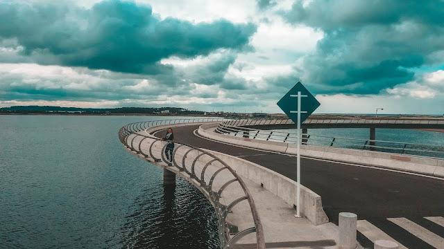 Menina na ponte