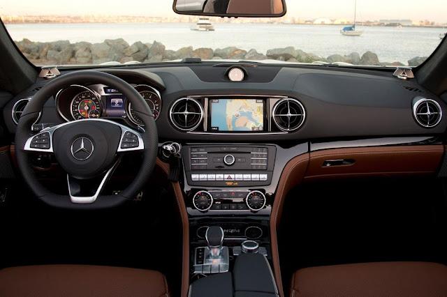 Bảng Tap lô Mercedes SL 400 dùng thiết kế hình Ống với viền mạ Chrome làm chủ đạo