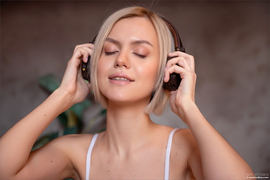 631460 [MPLStudios] Lana Lane - Can You Hear The Music?
