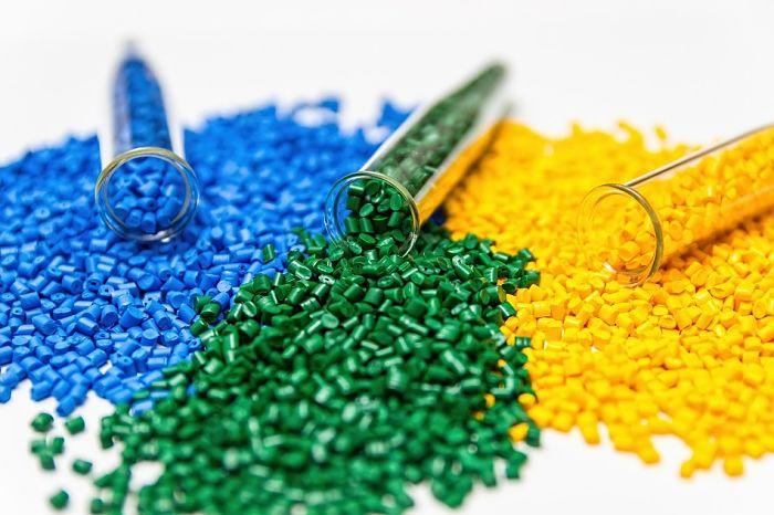 Pellets de polímeros de varios colores