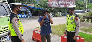 Sat Lantas Polres Enrekang Bagilan Masker Ke Masyarakat, Cegah Penyebaran covid 19