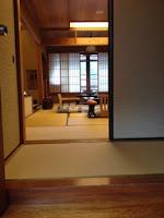 la stanza del ryokan, è spoglia con le pareti di carta