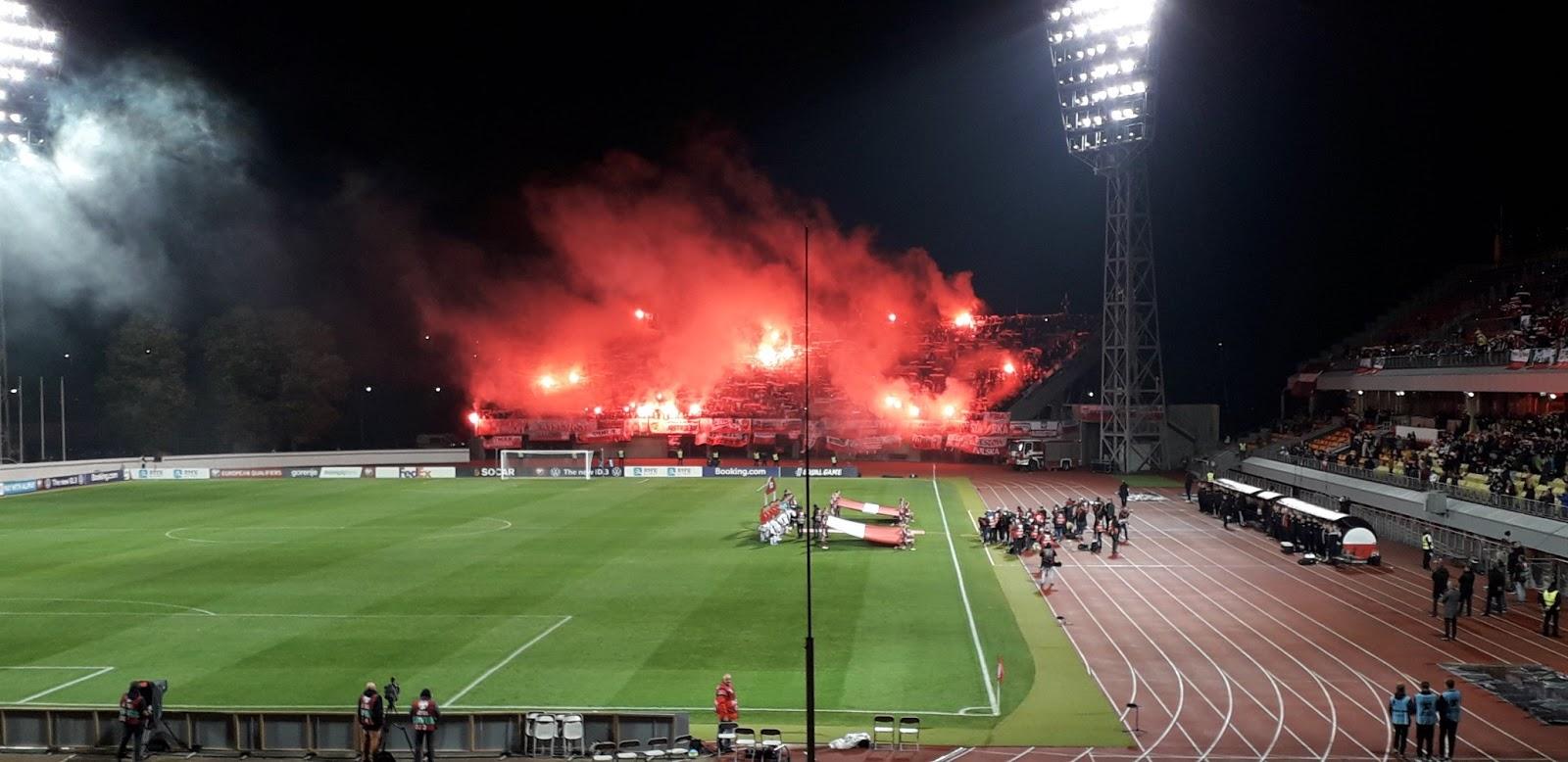 Polijas futbola izlases fani dedzina dūmu sveces