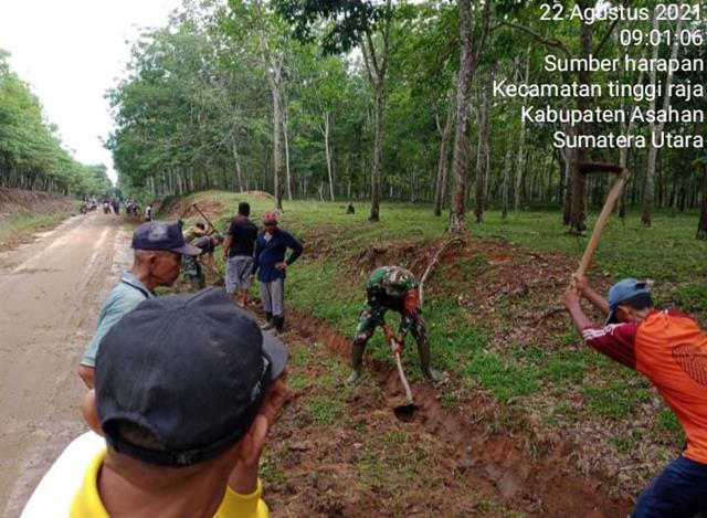 Gotong-royong Pembersihan Dan Pembuatan Parit Serta Penimbunan Badan Jalan Dilakukan Personel Jajaran Kodim 0208/Asahan