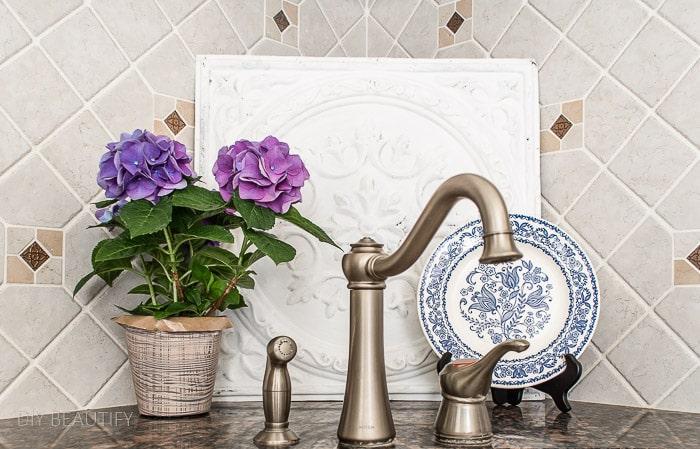 decorate area behind kitchen sink